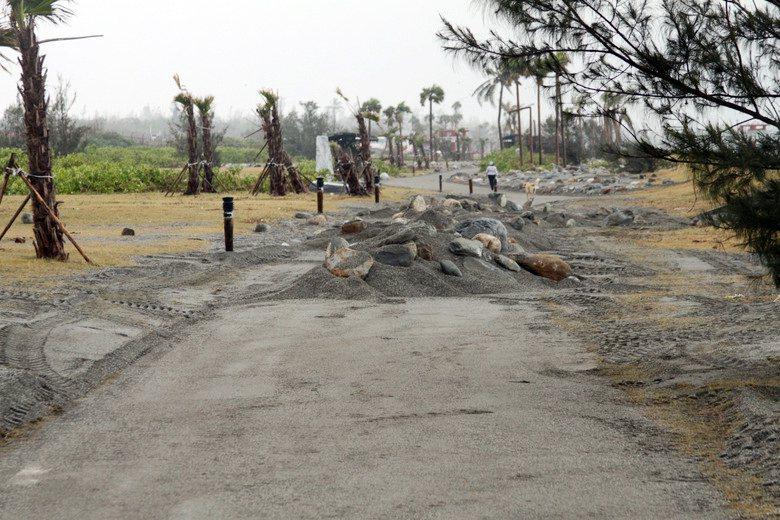 蘇迪勒颱風造成七星潭自行車道都淹沒在大浪中,颱風離開後,車道上仍佈滿砂石。 圖/...