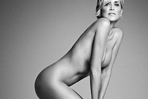 57歲的莎朗史東寶刀未老,身材體態都維持地極好,日前她應雜誌「Harper's Bazaar」之邀,三點不露全裸入鏡,唯美秀出勻稱胴體。對於外界始終以性感女星稱之,莎朗史東說:「我並不想成...