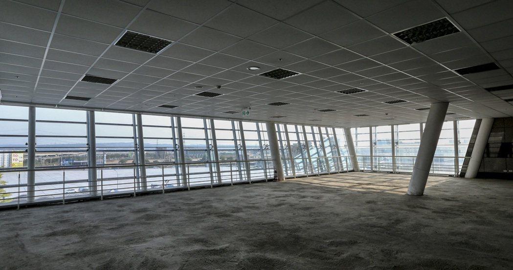台鐵新烏日站三樓到五樓一千七百多坪空間至今閒置養蚊子。 記者黃士航/攝影