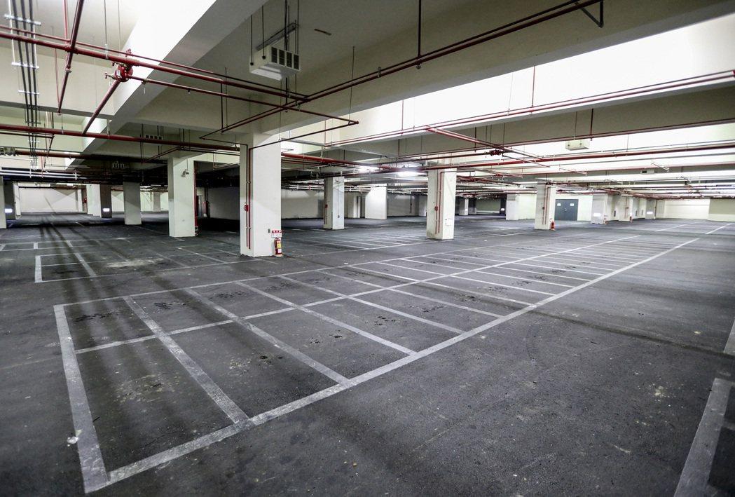 民眾停車需求出現在高鐵站外周邊,台鐵地下停車場因經營不善關門大吉。 記者黃士航/...