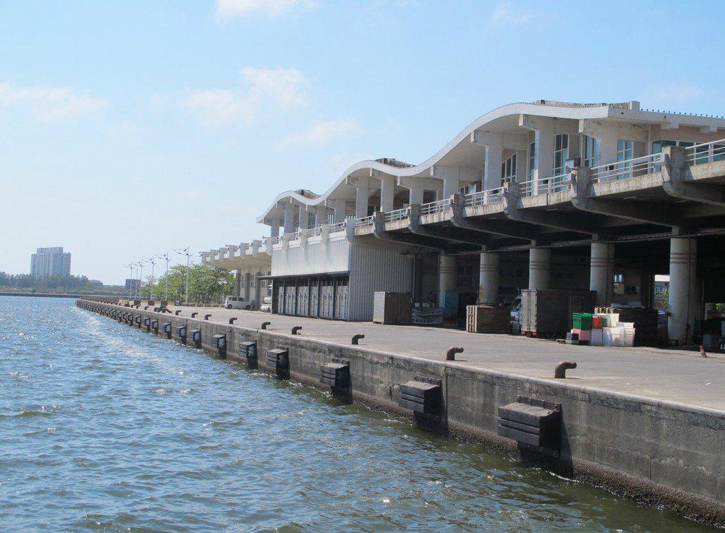 興達遠洋漁港建港18年,一艘漁船也沒有,如今船席經常沒漁船碇泊,仍是座「空港」。...