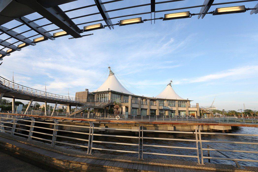高雄興達漁港耗資數十億興建,蓋好後卻沒有漁船願意停靠,連情人碼頭平時也無人造訪,...