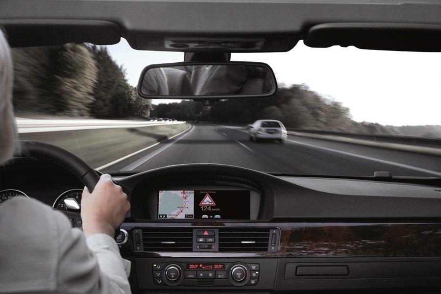 在防禦駕駛原則下,駕駛者可預判車子四周可能的惡意駕駛和他們的開車動作,以預做防範...
