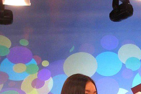 溫翠蘋16日帶女兒ISSA上年代「校花來了」,身高173公分的ISSA擁有9頭身絕佳比例,溫翠蘋還當場替女兒量腿長,竟有117公分,溫翠蘋也回頭量自己,腿長約106公分,讓溫翠蘋笑說「我還比她少了1...
