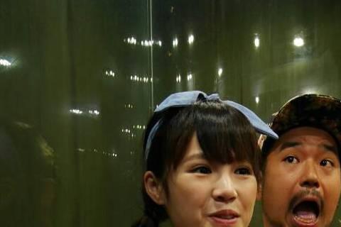 阿達與吳心緹(小敏)日前隨三立「愛玩客」赴大陸張家界,只是有懼高症的阿達,上演起矛盾大對決,若不搭乘峭壁電梯上山,就得花160倍時間、約4小時坐車到山頂。在一陣拖延戰術後,阿達踏進電梯,雙手卻緊抓門...