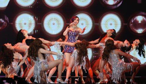 江蕙「祝福」演唱會進行第14場,江蕙第2套衣服首登場換成「紫鑽繡花透視裝」,驚豔全場。