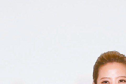 31歲的黃美珍去年4月與41歲的張瑞哲在美結婚登記,16日她穿上造價約28萬元的白紗,與再婚的張瑞哲攜手走向幸福另一端,她說補辦這場豪華的文華東方喜宴,只花1個月時間籌備,時間有點趕。提到生子計畫,...