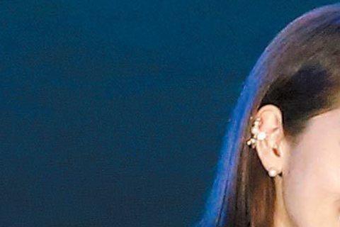韓星朴信惠16日在台北Att Show Box舉辦粉絲見面會,她二度來台會粉絲,依舊吸引800名鐵粉,票房小賺280萬元,這次她則親手裝飾蛋糕展誠意,還和粉絲擊掌、送簽名海報以及個人寫真書,並演唱中...