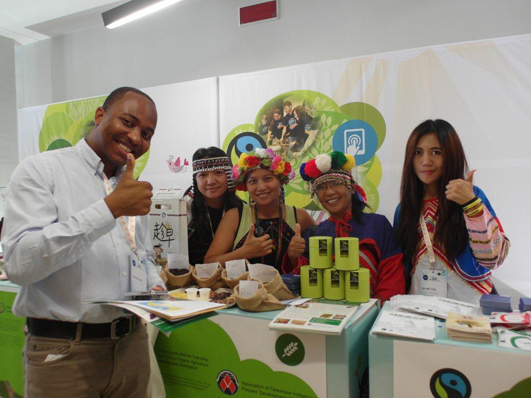 台灣社企、原民團體帶著各式台灣茶品前進米蘭參加「社會企業世界論壇」,向國際人士介...