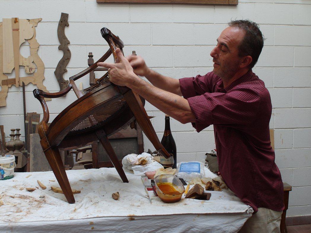 木工師傅在工廠內作業。 記者李昭安/義大利攝影