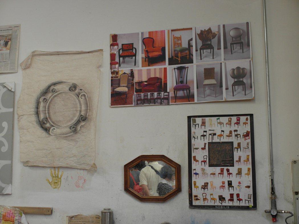 家具工廠內貼著各式造型椅子的圖片。 記者李昭安/義大利攝影
