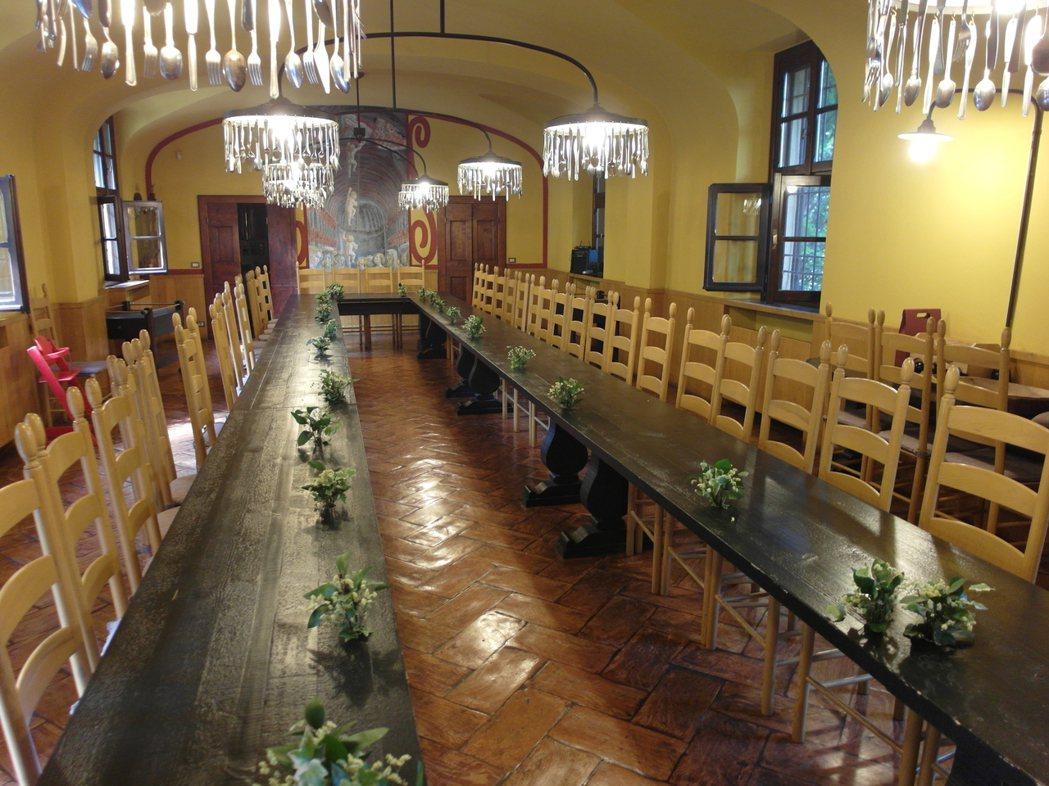 「Cometa」機構內的「超級長桌」,一次可容納40多人入座。孩子們在此做功課、...