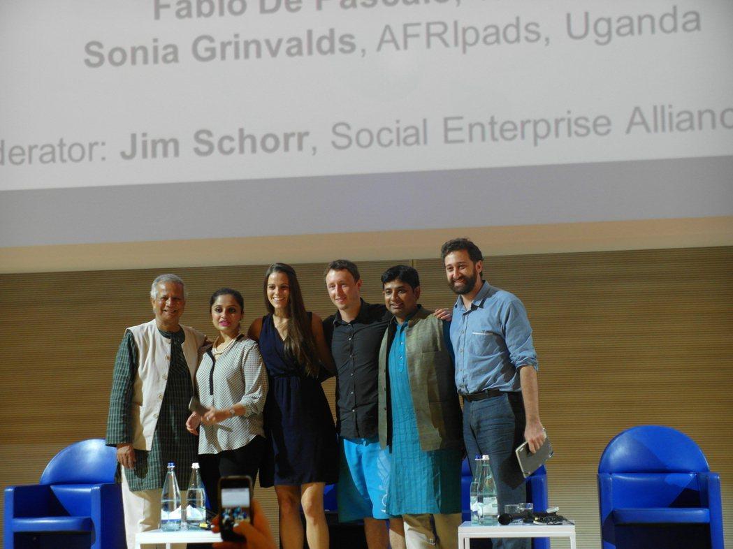 論壇主辦單位安排「窮人銀行」創辦人尤努斯(左一)與5位年輕社企家對談,「傳承」意...