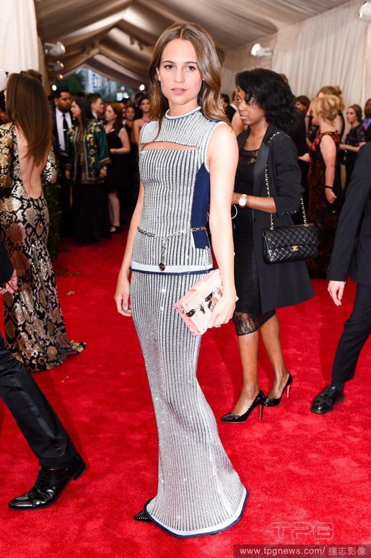艾莉西亞維坎德出席紅毯時偏愛穿線條簡單強烈、結構式的禮服出席。圖/達志影像