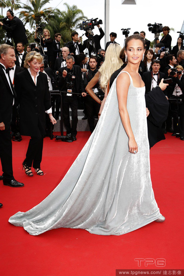一襲 Valentino 訂製服,柔和的線條與俐落剪裁也讓艾莉西亞維坎德化身銀色...