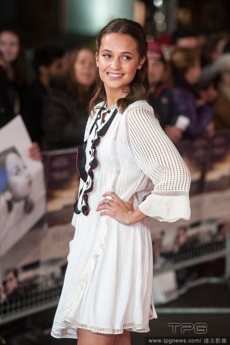 艾莉西亞維坎德穿 Louis Vuitton 民族風洋裝,看起來熱情純真又個性十...