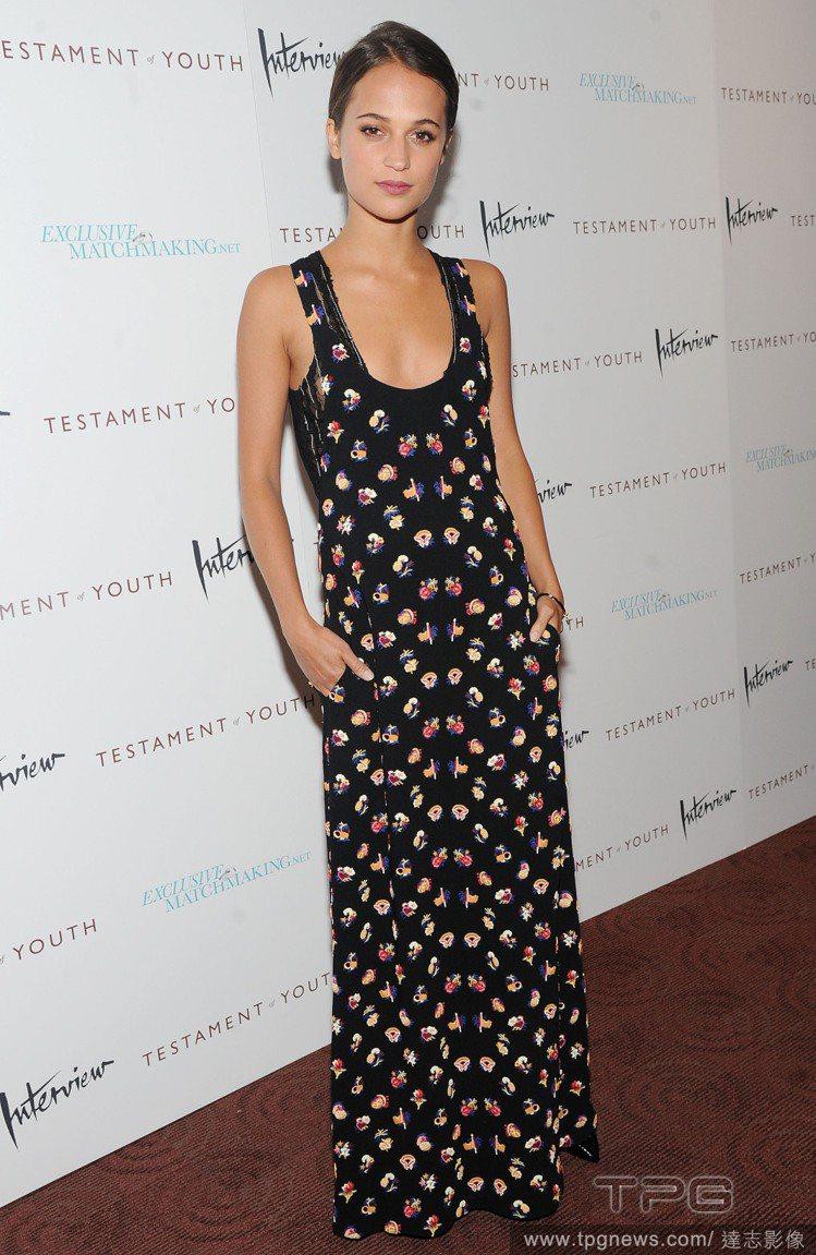 Louis Vuitton黑色印花長洋裝為她帶來悠閒的渡假氣息。圖/達志影像