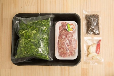 市售的懶人包幫你切好韭菜了,不怕刀工不好。