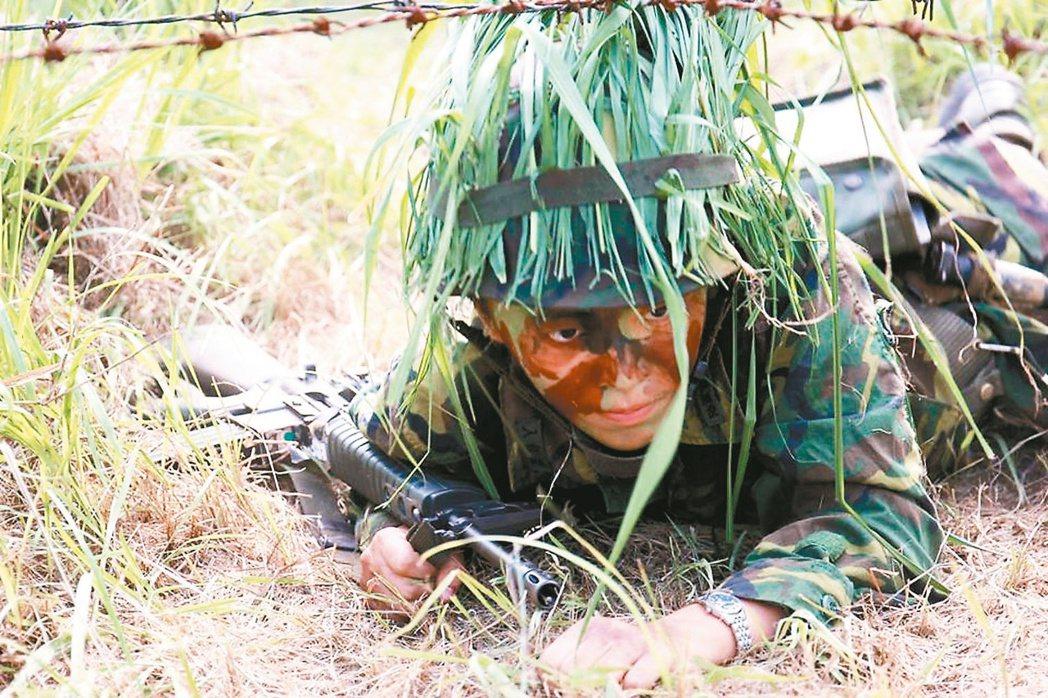 陸軍建議在烈日下操課的新兵日飲7000CC開水。圖為正在陸軍官校接受入伍訓的官校...