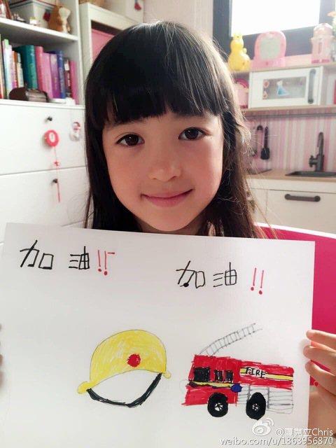 夏克立帶著5歲女兒夏天(Poppy)參加《爸爸去哪兒3》,長得像公主卻沒有公主病的夏天獲得許多觀眾喜愛。他前天在微博上分享了一張女兒夏天親手畫出為天津爆炸事件中消防員們加油的照片,並寫道:「Popp...