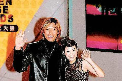徐懷鈺和心目中的偶像張耀揚走金馬獎星光大道,興奮得說不出話來。看看當時染著金髮的古惑仔耀揚哥,徐懷鈺穿著一身豹紋透視裝,看起來果然像是大哥的女人。