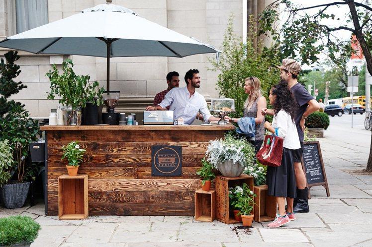 Club Monaco將市集概念引進多倫多旗艦店,讓客人能在購物時享受美食和鮮花...