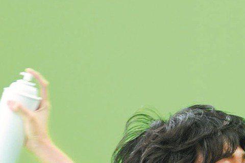 GJ蔣卓嘉的第二波主打「黛玉」MV選在20日當天於MTV台及雅虎娛樂名人網站首播,這次也找來美女Kelly潘嘉麗助陣,她化身花仙女展現曼妙舞姿,營造如夢似幻情境。上一支「預告」MV才讓GJ頂著36度...