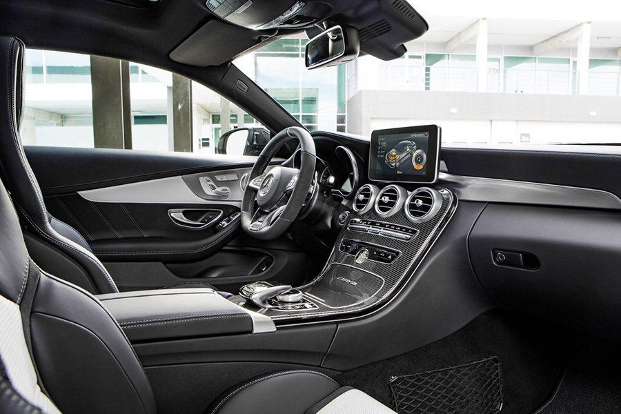 內裝搭載了跑車化座椅、平底式方向盤、以及 AMG廠徽飾板。 Mercedes-A...