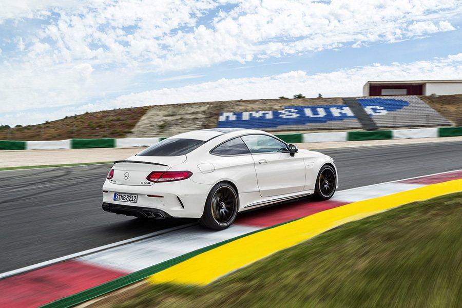 C63 S Coupe強化版車款更升級為性能與穩定性都更佳的電子差速器。 Mer...