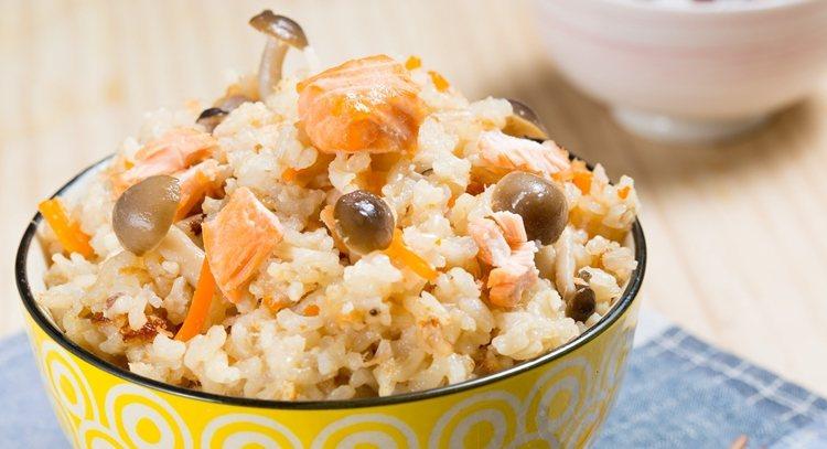 鮭魚菇菇炊飯用微電鍋半個小時就完成了,飽足也很營養喔。