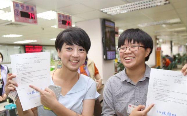 社民黨立委參選人呂欣潔(左)6月與伴侶陳凌進行婚姻註記,她說,無論註記或婚禮都無...