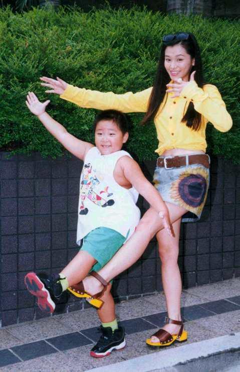 徐若瑄不當少女偶像後,轉往電影界發展,一連拍了多部電影,還跟當時超紅童星郝劭文一起拍《卜派小子》,長大後的郝劭文還曾在節目上透露,當年有暗戀過徐若瑄姊姊。