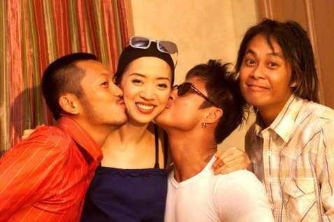 1999年,草蜢助陣師父梅艷芳高雄演唱會,還在慶功宴上獻吻。看這老照片,蔡一智還頗有外籍勞工的fu耶。還有令人懷念的梅姑。
