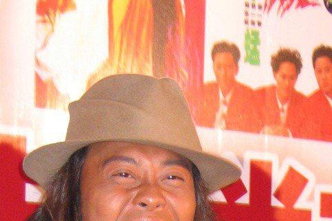時間來到2005年,草蜢當時加盟新唱片並準備展開世界巡演,台灣也是其中一站喔!大家最近看《我的少女時代》,聽到「失戀陣線聯盟」是不是感到很懷念呢!翻看以前照片,草蜢三子真是一點也不會老的感覺呢!