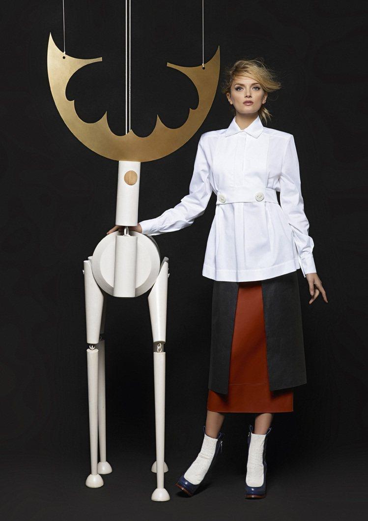超模Lily Donaldson與小木偶拍攝復古童話般的廣告。圖/FENDI提供