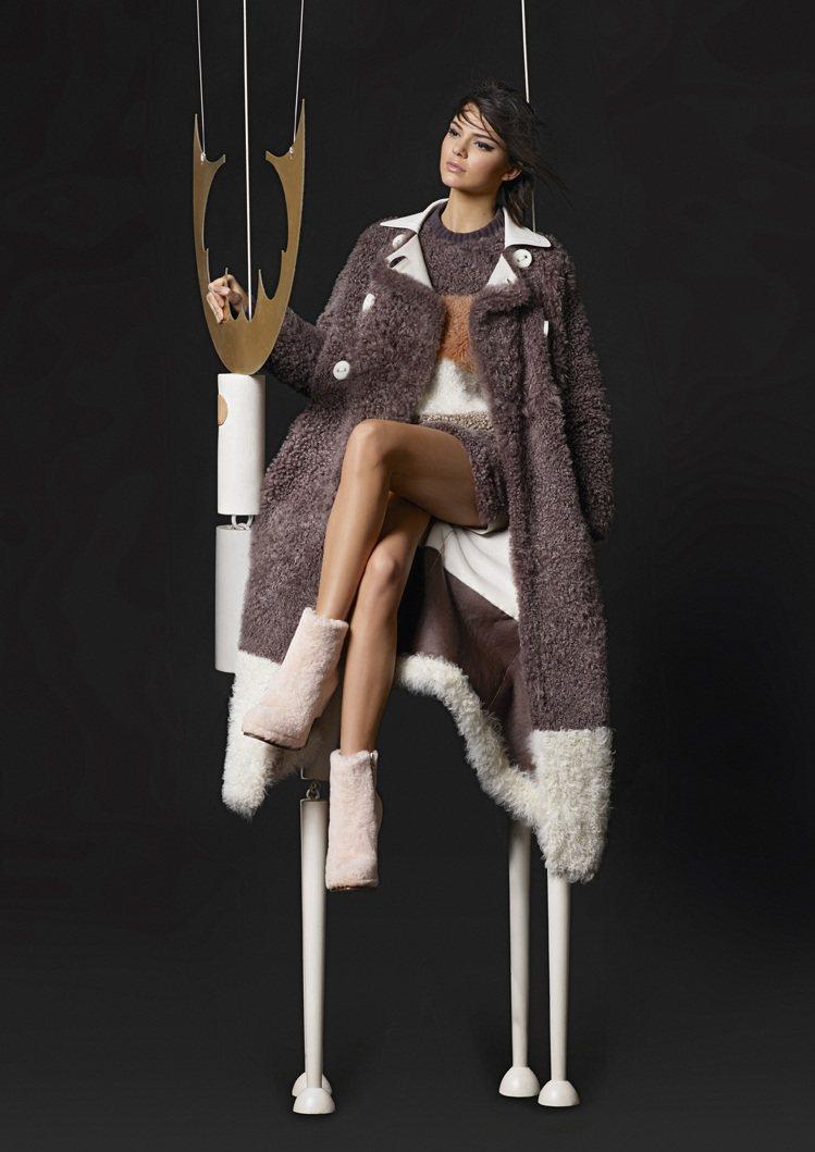 超模坎達爾珍娜與小木偶拍攝復古童話般的廣告。圖/FENDI提供