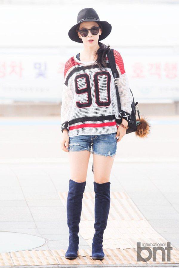 宋智孝穿運動風針織 T 恤,搭配丹寧短褲與藍紫色膝上靴,青春俏皮。圖/BNT提供