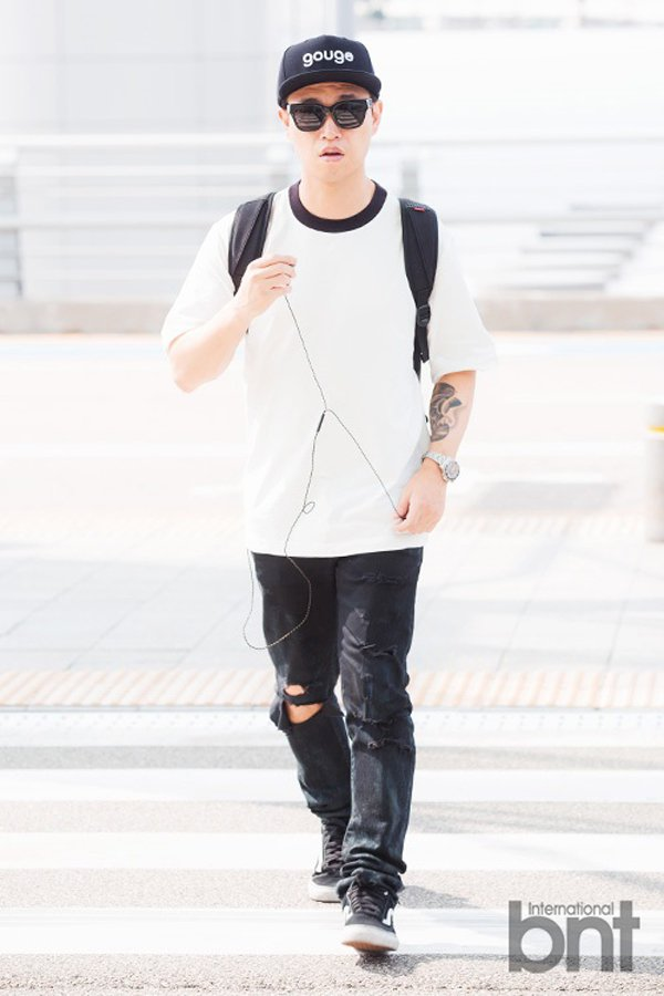 GARY 以黑白 T 恤簡單搭配刷破褲款,再戴上棒球帽與墨鏡提升造型感,展現休閒...