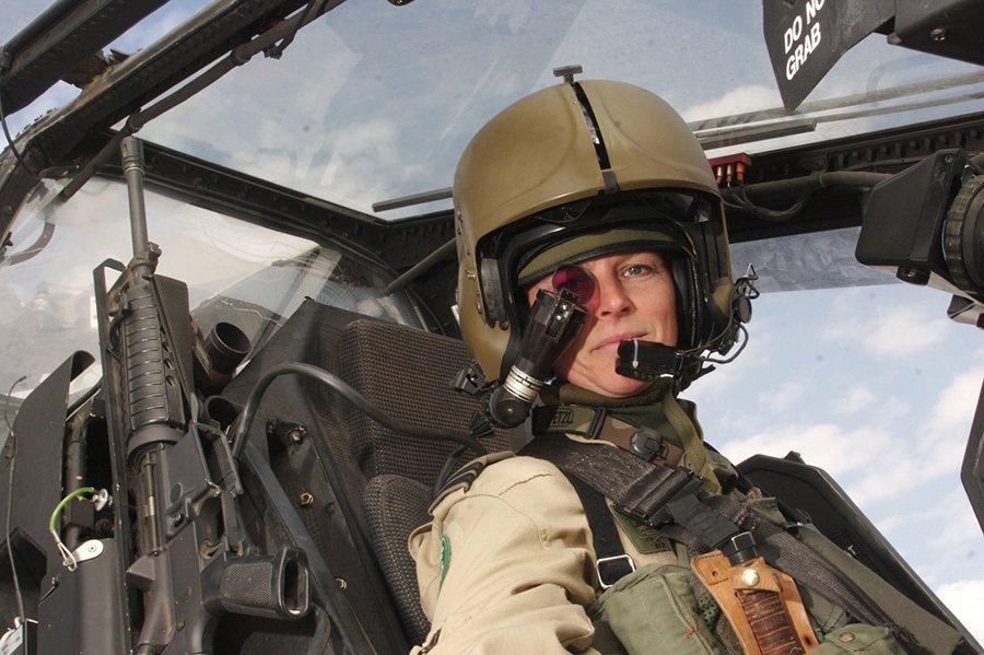 阿帕契飛行員所使用的戰術頭盔可以將12項座艙資訊顯示投影在右眼的單眼式螢幕上。 ...