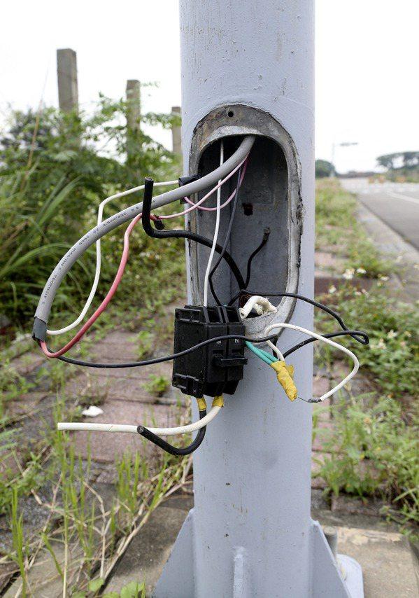 航空客運園區內遭人破壞的路燈電桿。 記者黃威彬/攝影