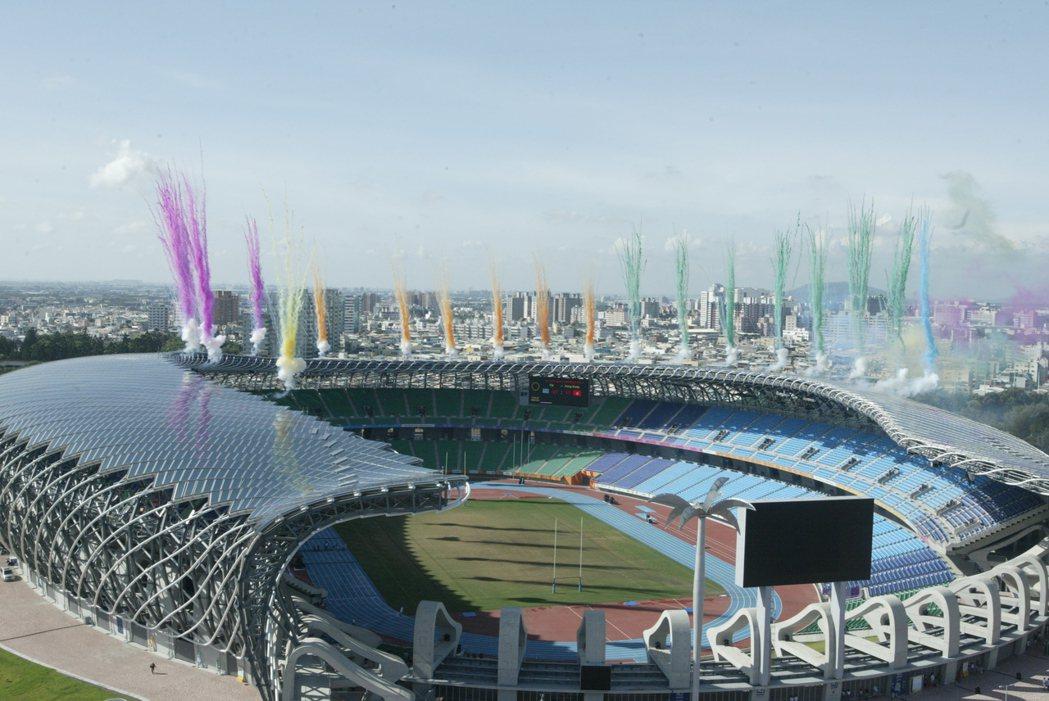 曾作為世運主場館的「高雄國家體育場」,由日本建築師伊東豐雄設計,「龍騰」外型搶眼...