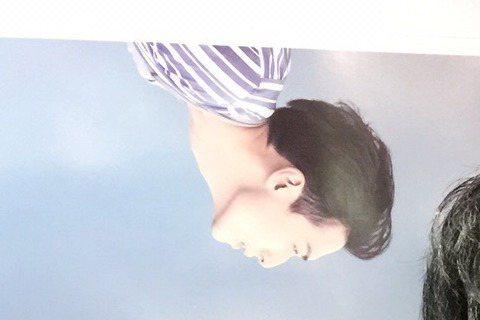 嚴爵為宣傳新專輯「一直給」和「現代藝術」到香港舉辦演唱會,暌違2年發片,嚴爵異常興奮,一不小心竟血濺舞台,鋼琴白鍵上血跡斑斑,他還苦中作樂在手心上畫笑臉,相當敬業。而嚴爵因情緒高昂,刷琴動作太激烈,...