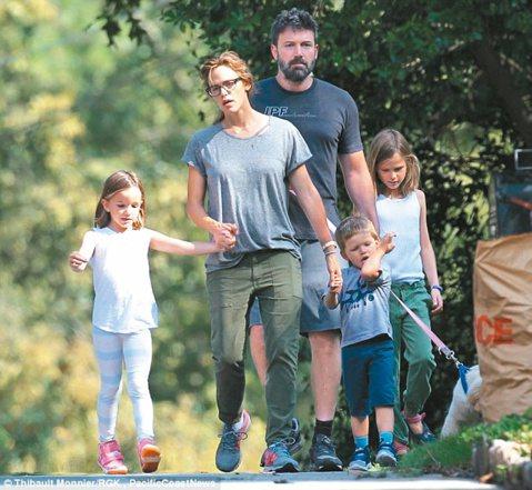 好萊塢夫妻檔班艾佛列克和珍妮佛嘉納雖然宣告離婚,但顧及孩子感受,仍互動頻繁。21日周五當天,一家五口在亞特蘭大再度合體,八卦媒體表示,艾佛列克有意力挽狂瀾,想靠戒酒、戒賭拯救婚姻。