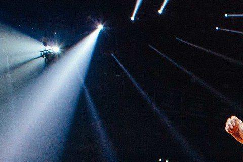 美國天團魔力紅(Maroon 5)9月14、15日在南港展覽館開唱,原本做為賣點之一的原裝透明超炫舞台,因亞巡場次改變,將不會跟著來台。台灣主辦單位Live Nation Taiwan在官方臉書公告...