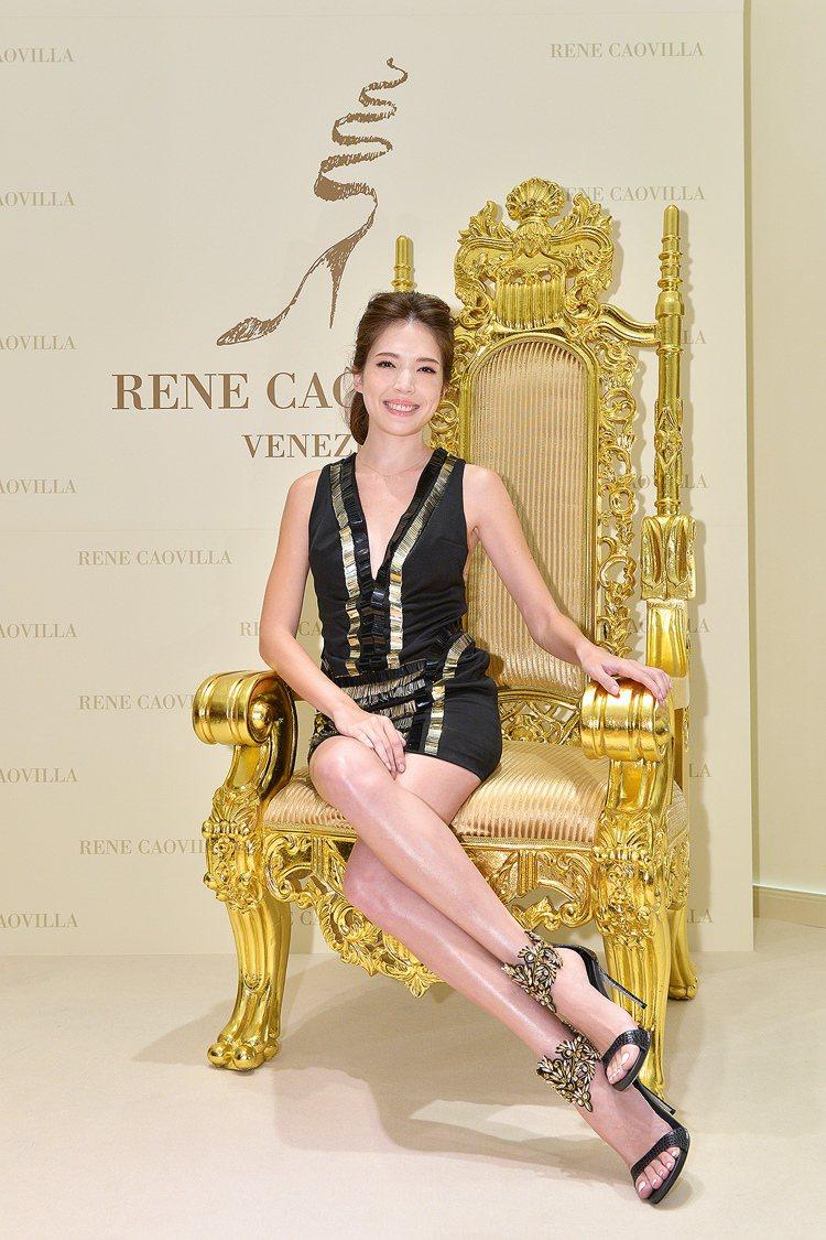 許瑋甯穿著黑金水晶繞踝高跟涼鞋,售價60,000元。圖/RENE CAOVILL...
