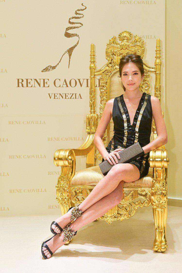 許瑋甯穿著黑金水晶繞踝高跟涼鞋,售價60,000元;黑金滿鑽長型手拿包,售價78...