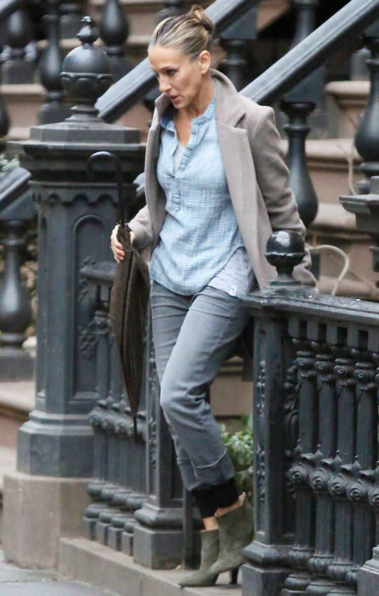 莎拉潔西卡帕克以牛仔襯衫搭配灰呢外套與短靴,穿出都會悠閒的時尚感。圖/bella...