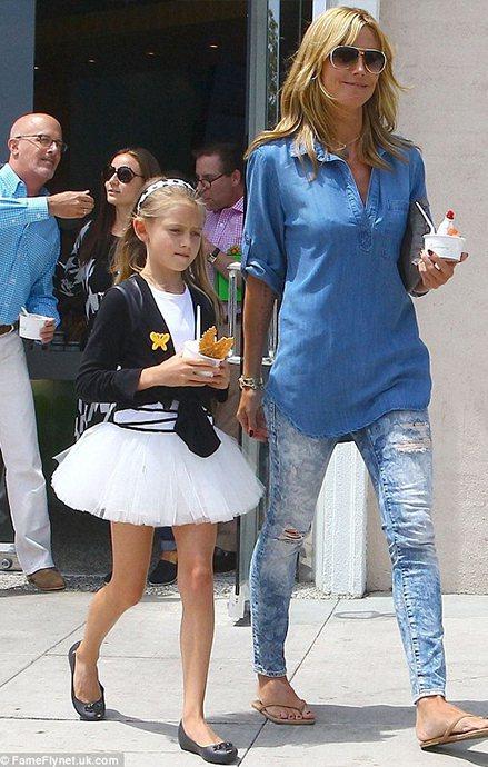 海蒂克隆身穿bella dahl經典牛仔襯衫,相當具有度假氛圍。圖/bella ...