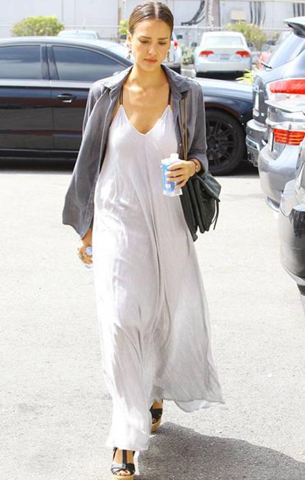 潔西卡艾芭所穿的飄逸長版洋裝,也是bella dahl標誌性的商品。圖/bell...