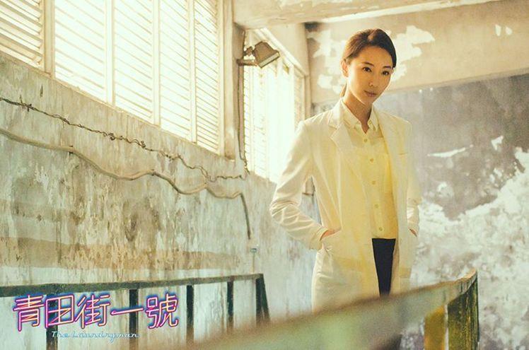 白襯衫搭黑窄裙,加白色西裝外套,乾淨俐落的形象讓老闆娘變身犀利美人。圖/擷自青田...